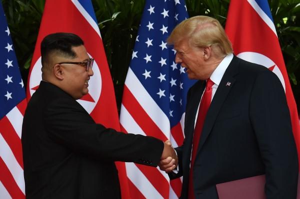金正恩在會談上表示,希望朝美能在美國總統川普任內,改善並結束雙方70年敵對關係,實施無核化。圖為6月12日的「川金會」。(法新社)