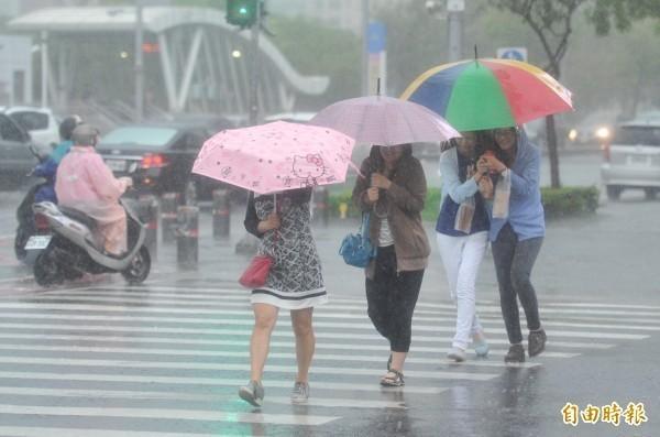 氣象局在下午5點10分,針對全台15縣市發布豪、大雨特報。(資料照)