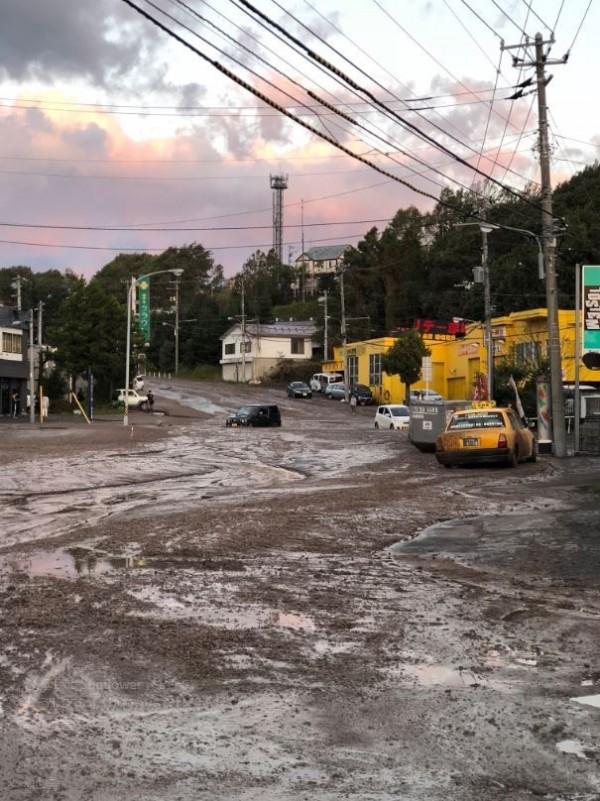 路面佈滿泥水。(圖擷取自Twitter)