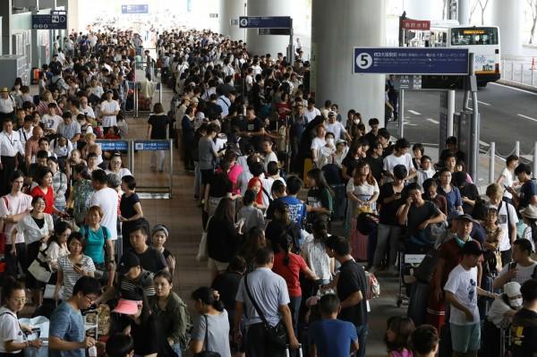 日本關西地區近日遭燕子颱風重創,關西機場更因此被迫關閉,不少旅客都受困機場中。(法新社)