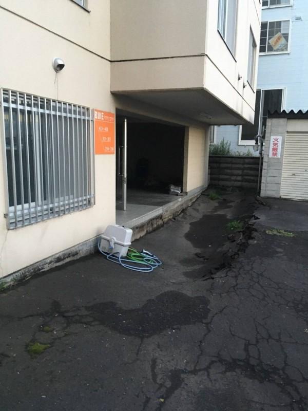 札幌地震出現地層下陷情形。(讀者提供)