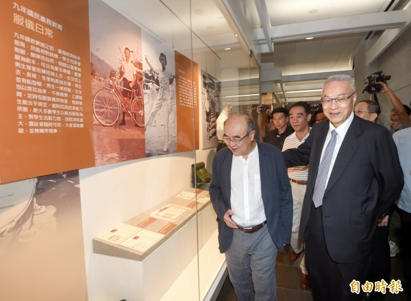 國民黨主席吳敦義6日前往國父紀念館,參觀九年國民教育實施50周年特展。(記者方賓照攝)