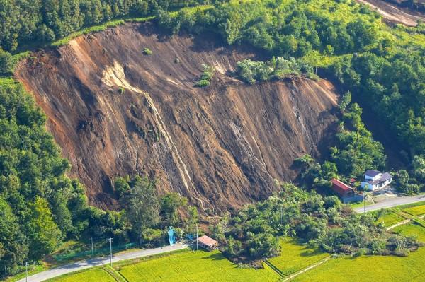 北海道6.7強震,造成山壁崩落,摧毀底下房屋。(法新社)