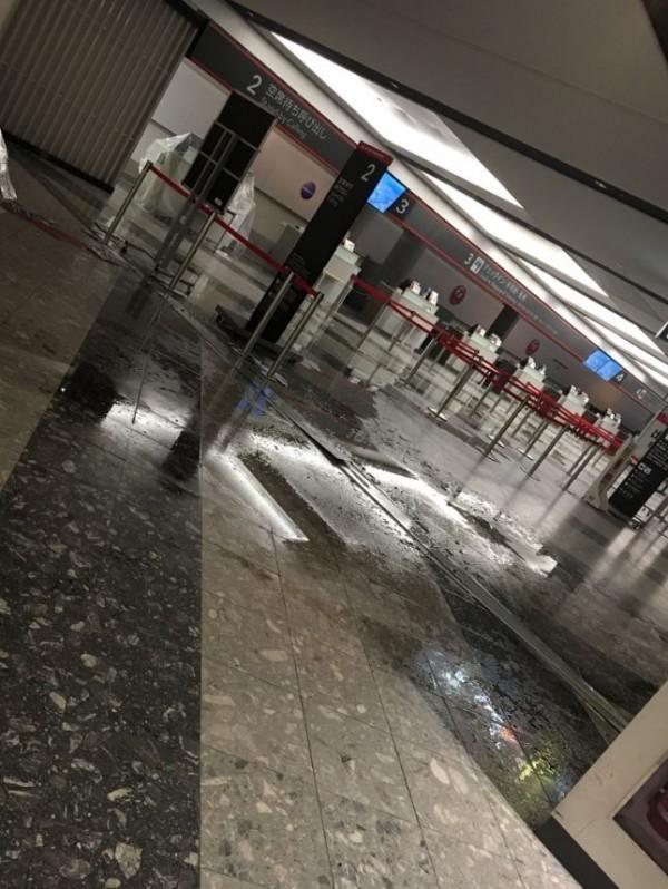 新千歲機場航廈遭受強震襲擊而多處受損,包括航廈大廳牆壁倒塌、漏水等狀況。(圖擷取自Twitter)