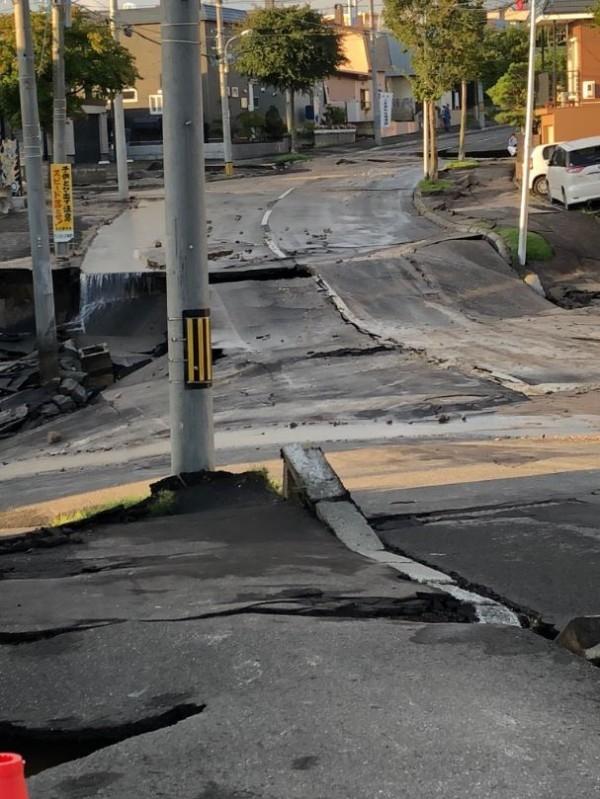 清田區里塚地區因土壤液化造成路面下陷。(圖擷取自Twitter)