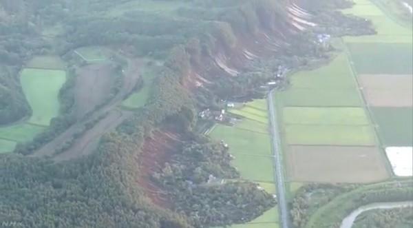 厚真町發生山坡地滑落,警消搶救中。(圖擷取自NHK)