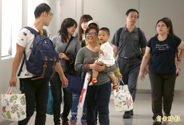 部分到北海道旅遊的台灣旅客今天下午從函館搭機返回台灣。(記者朱沛雄攝)