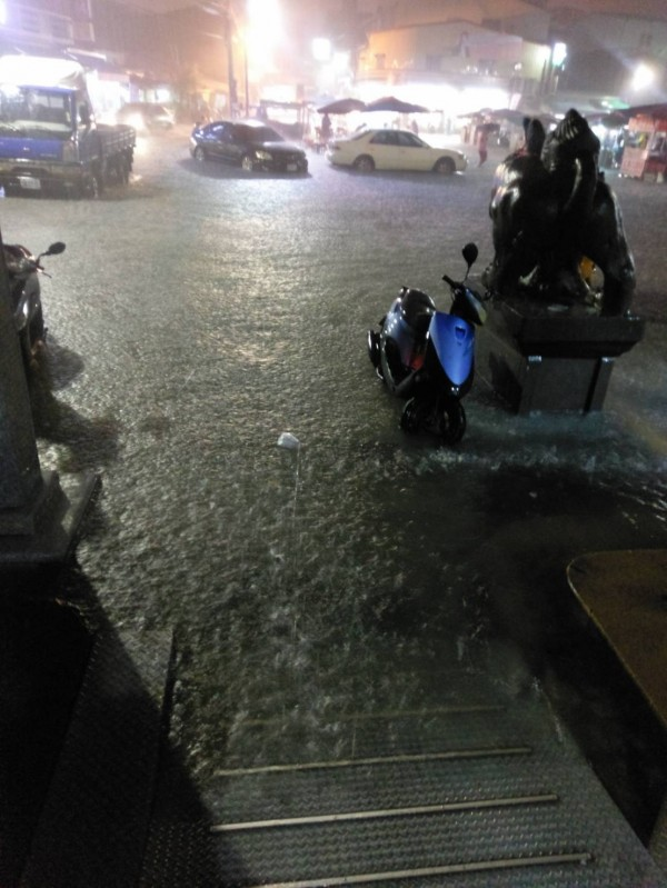 安南區海尾寮舊部落廟埕再度積淹水,淹到半個車輪高。(記者邱灝唐翻攝)