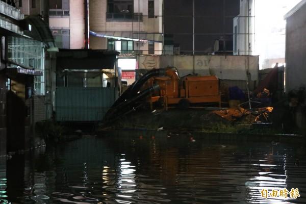 永康中華路才剛抽完積水,今晚雨勢一來,卻又再度淹水。(記者萬于甄攝)