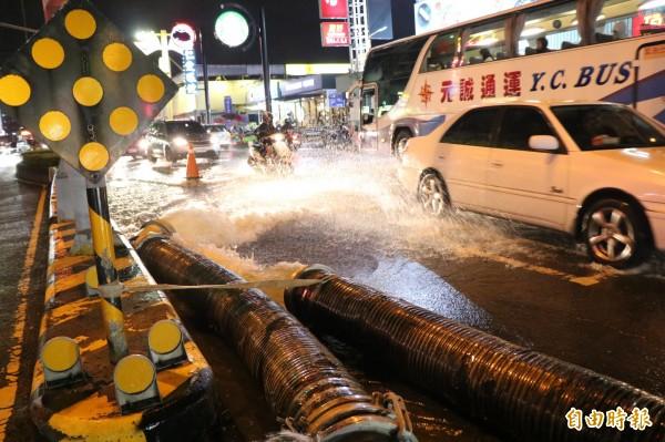 永康中華路積水已由市府抽水機組抽排完畢。(記者萬于甄攝)