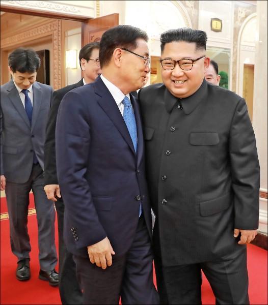 南韓青瓦台六日公布總統特使團訪問平壤的照片,顯示北韓領導人金正恩笑容滿面地與首席特使鄭義溶晤談。(歐新社)