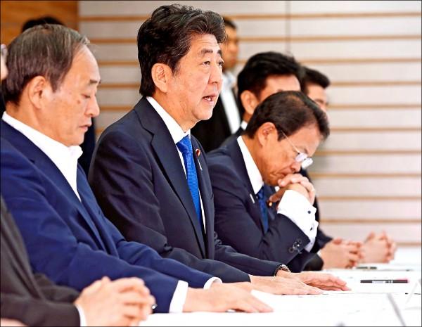 日本首相安倍晉三召開緊急內閣會議,指示全力搶救(法新社)
