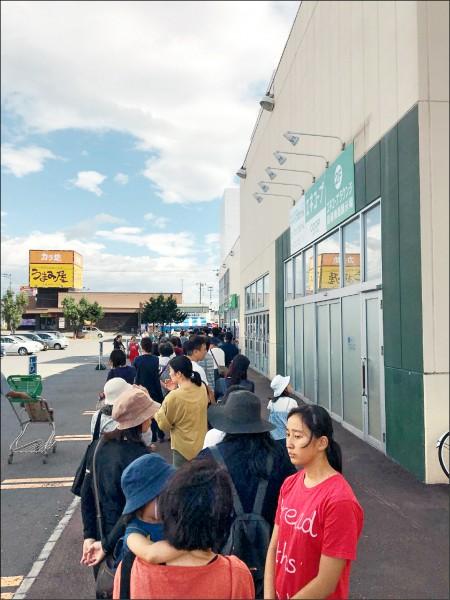 日本人「搶購」物資,仍安靜規矩排隊的景象。(小江提供)