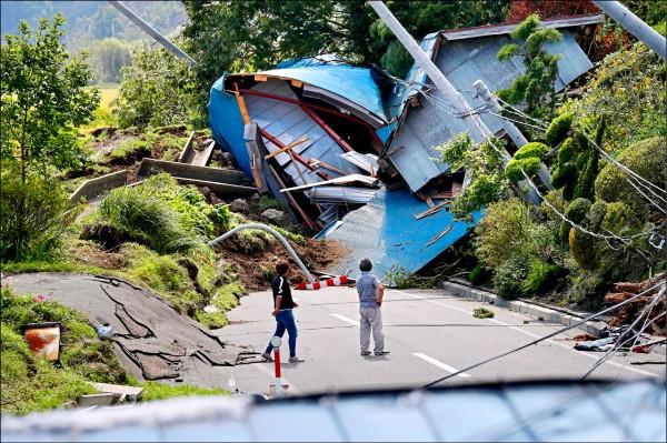 北海道厚真町的平房遭強震連根拔起,一旁的道路、樹木與電線桿等均嚴重扭曲受損。(美聯社)