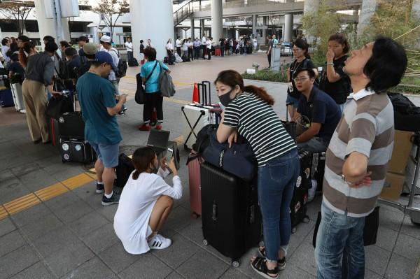 媒體報導,韓國旅客表示,關西機場現場語言不通、沒有明確指引。(美聯社)
