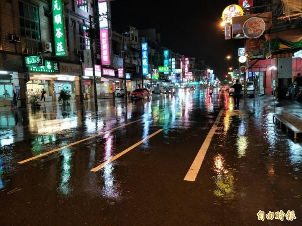 安中路淹水在晚上7點過後已逐漸退去。(記者邱灝唐攝)