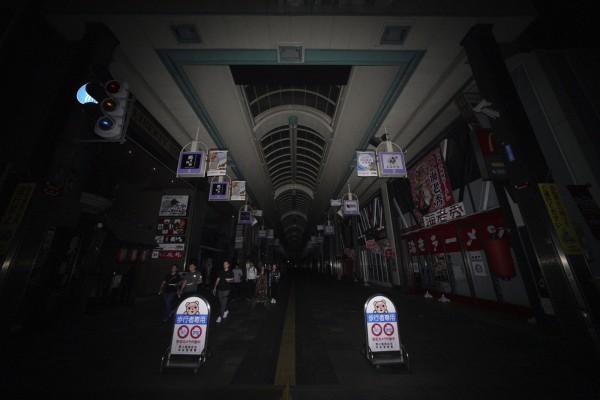 札幌商店街店家關門,一片黑壓壓。(美聯社)