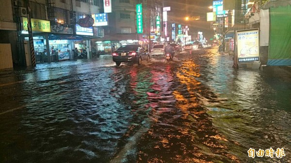 今晚一陣急促的大雷雨,台南安中路再度淹水,至少4、50公分高,大水沖入民宅,許多要從市區返家的車輛紛紛迴轉,造成大塞車。(記者邱灝唐攝)