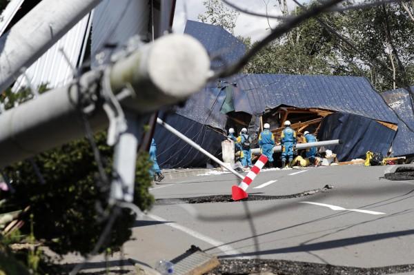 北海道遭受強震,建築物損毀。(美聯社)