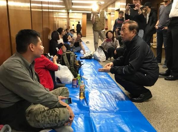 謝長廷在札幌辦事處慰問滯留日本的台灣旅客。(圖擷取自謝長廷臉書)