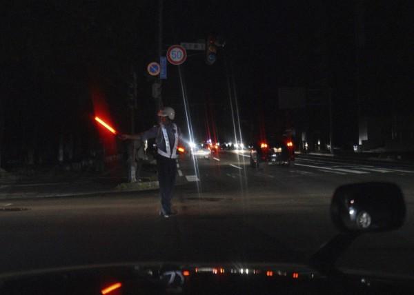 馬路陷入漆黑沒有路燈。(美聯社)