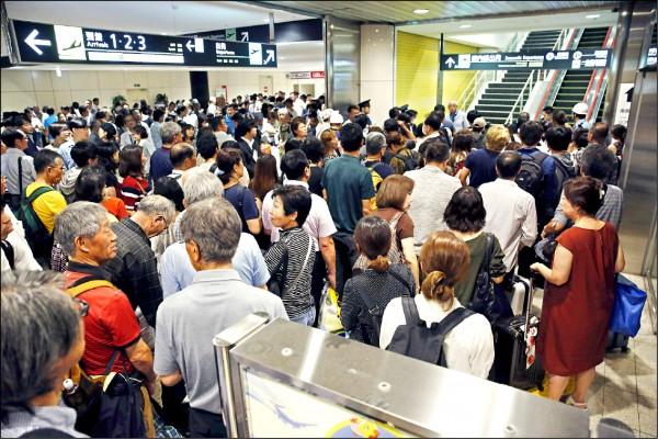 北海道新千歲機場僅恢復6成輸運,機場擠滿搶購機票的民眾。(路透)