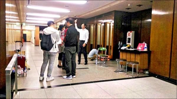 我國駐日代表處北海道札幌辦事處已恢復供電,協助國人旅客共度難關。(駐日代表處提供)