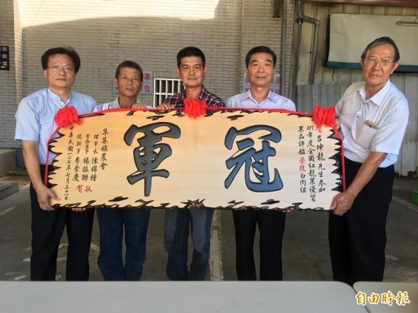 集集鎮火龍果農呂坤龍(中)參加全國評鑑,獲得今年火龍果白肉組冠軍。(記者劉濱銓攝)