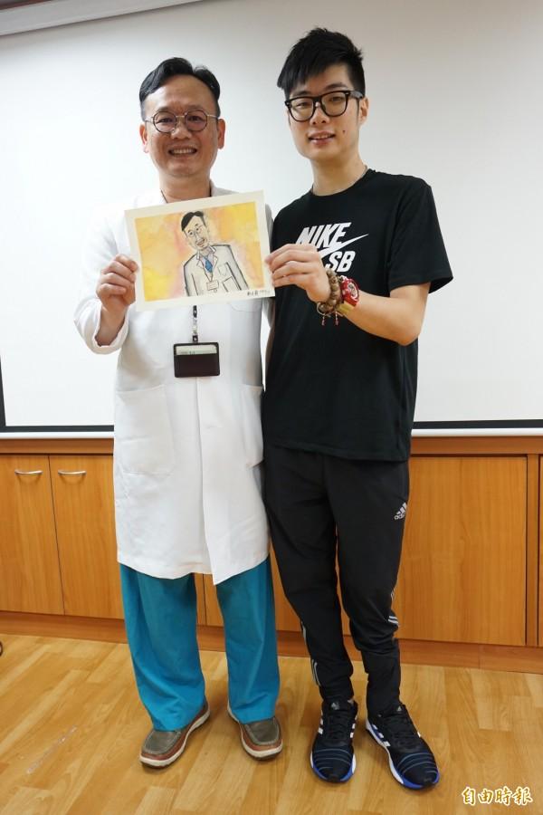 鄭廷毅感謝醫師陳志輝,送上自己畫的醫師畫像卡片。(記者蔡淑媛攝)