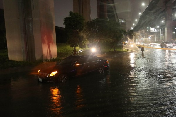 新北市新莊新北大道4段大積水,警方拉起封鎖線封閉部分路段。(記者王宣晴翻攝)