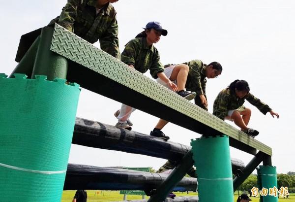 女學生挑戰國軍500公尺障礙賽。(記者陳文嬋攝)