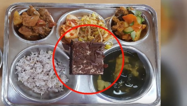 南韓發生全國性學生食物中毒事件,病例激增至2112人,主因是學校午餐的巧克力蛋糕內含有沙門氏菌。(圖擷自「KBS News」YouTube)