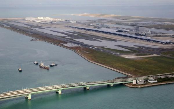 關西機場唯一對外連絡橋都遭油輪撞擊,結構受損。(歐新社)