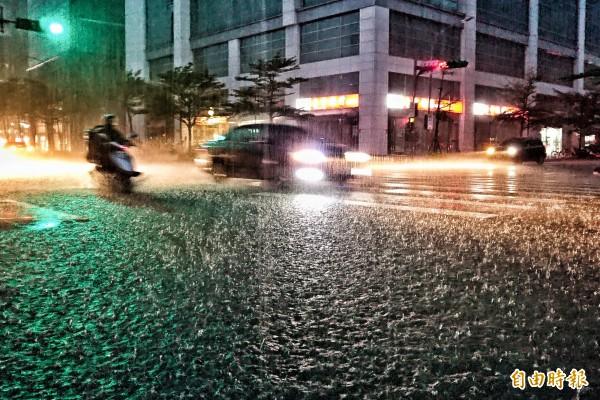 大雷雨夜襲台北市,許多市區道路積水。(記者鹿俊為攝)