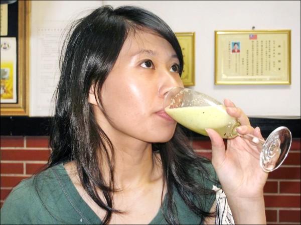空腹喝果汁不一定能使排便順暢。(本報資料照)