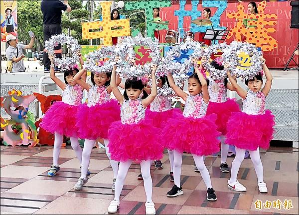 中正國小以快閃表演為120年校慶暖身。(記者羅欣貞攝)