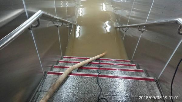 台北捷運東門站旁地下連通道淹水,新工處派員抽水,積水仍有1公尺。(新工處提供)
