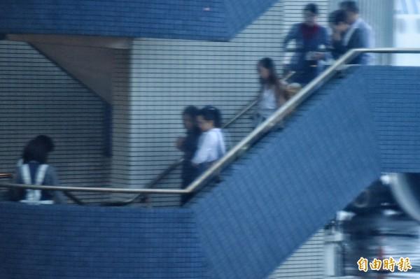 楊偉中妻子陳以真(左三)下飛機後,由商務中心通關前往長榮空運倉儲。(記者朱沛雄攝)