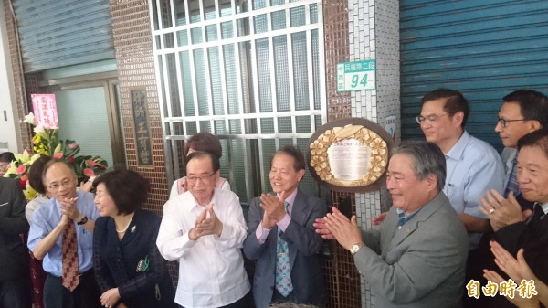 台南市歷史名人王育霖、王育德故居掛牌。(記者劉婉君攝)