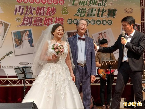 高齡長輩再度穿上婚紗,重溫幸福往事。(記者方志賢攝)