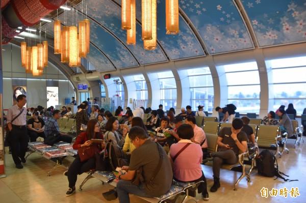 華航今天(9日)下午高雄直飛日本北海道的航班,有百餘名乘客。(記者蘇福男攝)
