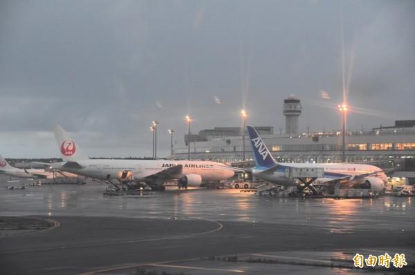北海道新千歲機場國際航線復飛後,機場人潮逐漸湧現。(記者蘇福男攝)