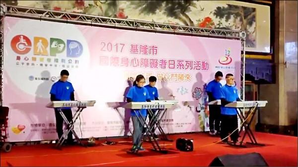 五名肯納兒組成的星兒鍵盤樂團受邀在表演活動中演出。(記者林嘉東翻攝)