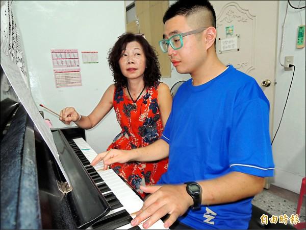 蔡依維陪兒子靖垣勤練鋼琴,為受邀到各地表演打下好基礎。(記者林嘉東攝)