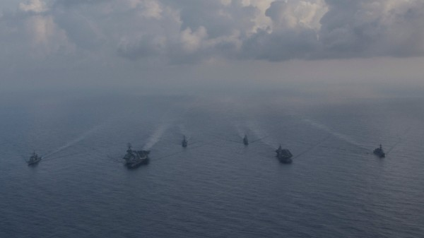美國「雷根號」航空母艦打擊群(左)和日本海上自衛隊「第四護衛隊群」(右)在8月31日在南海進行訓練(路透)