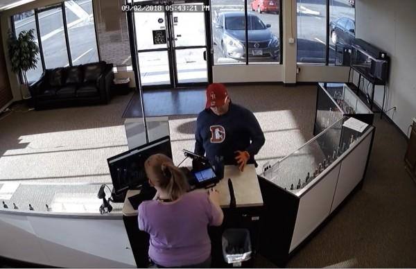 警方公布嫌犯畫面希望民眾提供線索逮人,並提供懸賞金2000美元。(圖擷取自影片)