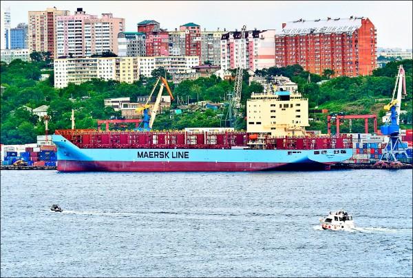 丹麥航運巨擘「快桅」的大型貨櫃輪「文塔馬士基號」,八月廿三日從俄羅斯海參崴港向北通過白令海峽,穿越北極海航道駛往德國不來梅港。(路透檔案照)
