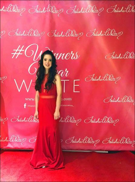 艾薇拉八日穿著懷特的作品,在紐約時裝週二○一九春季時裝展的紅毯上留影。(美聯社)