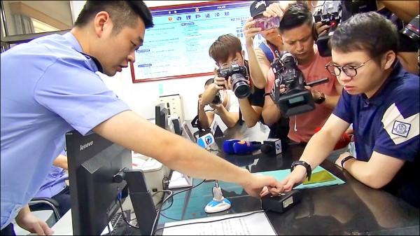 中國開放台灣人申領居住證,引發台灣民眾被監控疑慮。圖為台灣籍的中國首鋼集團「創業公社」總經理鄭博宇在開放第一天就去申辦,除繳交證件外,並留下指紋。(中央社資料照)