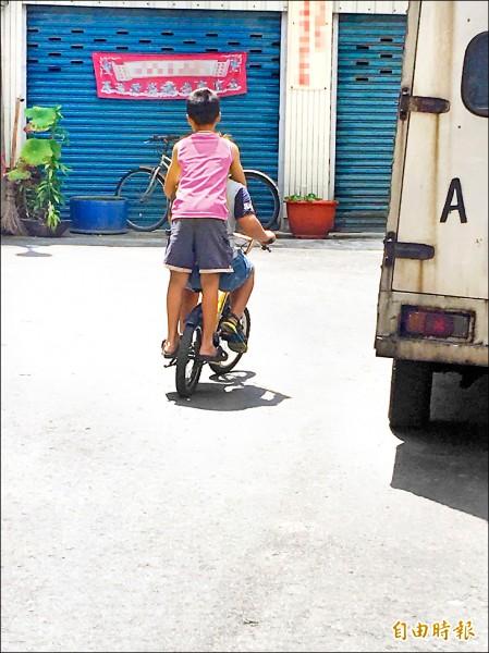 就讀小五洪姓學童央求王姓同學陪同,兩人騎著小單車,從嘉義朴子市去雲林找洪童母親;圖中學童衣服已變色處理。(記者蔡宗勳攝)